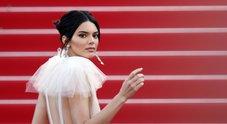 Cannes, Kendall Jenner sensuale sul red carpet: l'abito è tutto una trasparenza