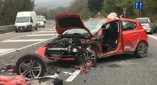 Violento schianto tra auto: una ferita e traffico in tilt sulla Statale