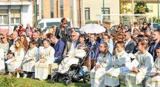 La cerimonia delle comunioni celebrata domenica all'aperto per i 27 bambini di Tessera, tra cui la piccola Celeste