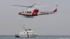 Turista muore in acqua colto da malore. Barca rischia di affondare: salvati