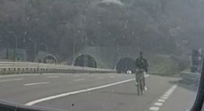 Pedala come nulla fosse in A4:  straniero in bici e con le cuffiette