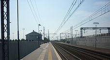 Tenta suicidio sui binari, carabinieri fermano il treno  in extremis