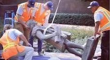 Addio alla statua di Cristoforo Colombo, abbattuta dopo le proteste: «Colpevole di genocidio»