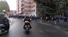 Roma, il momento in cui gli ultrà incendiano la macchina dei vigili prima di Atalanta-Lazio