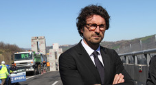 Toninelli elogia l'auto elettrica ma compra un suv diesel, bufera sul ministro. Lui: «Follia»