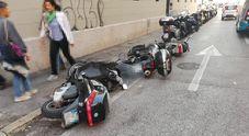 Centra tre moto in sosta e fugge: bloccato dalla Polizia sul confine
