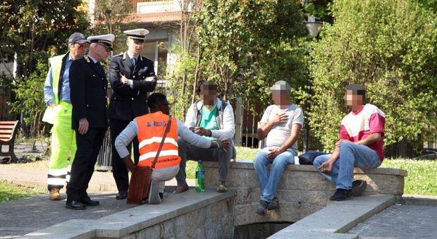 La Polizia Locale di Treviso effettua un controlli in un parco