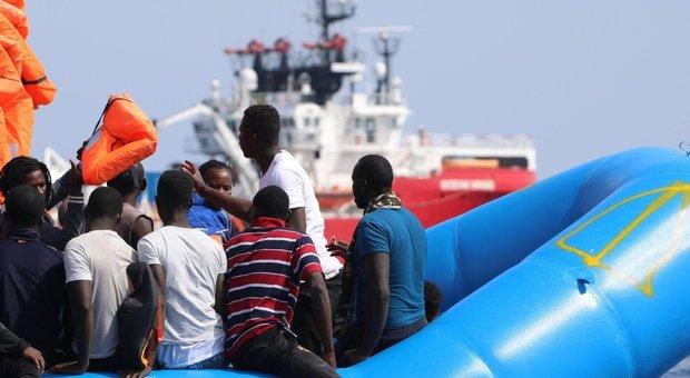 Migranti, continuano gli sbarchi: 10 tunisini arrivati nella notte. Hotspot oltre la capienza