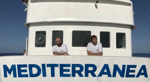 Luca Casarini (a destra) con Beppe Caccia sul ponte di comando della nave salva-migranti Mare Jonio