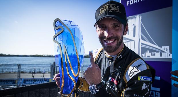 Jean Eric Vergne con il trofeo di Formula E