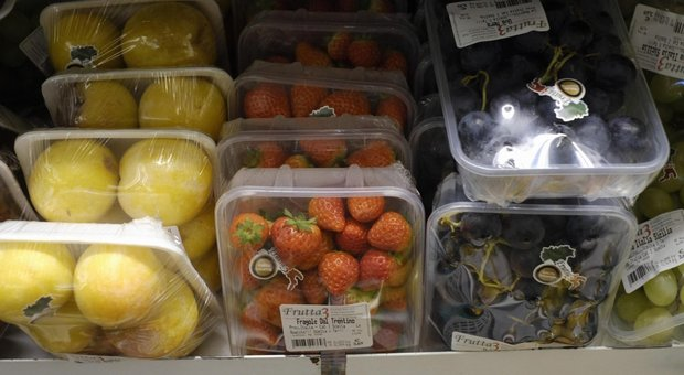 Manovra, cambia la plastic tax: taglio del 70%, esclusa quella riciclabile