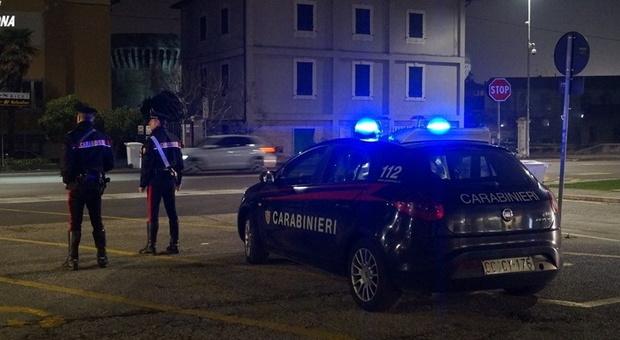 Falconara, il loro scooter non ha l'assicurazione e insultano i carabinieri: due ragazzi denunciati