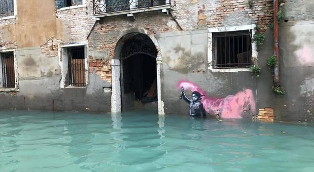 Acqua alta a Venezia, sommerso anche il bambino naufrago di Banksy
