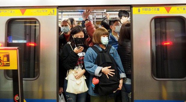 Virus Cina, Wuhan è isolata: bloccati treni, bus, aerei e traghetti. I morti sono 17