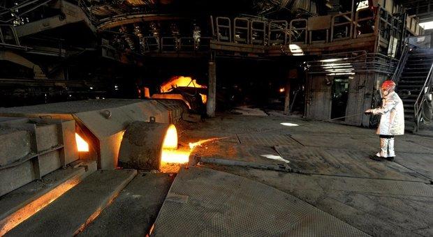 Ex Ilva, tre esplosioni nella notte nell'acciaieria 2 di ArcelorMittal: squarci alle tubazioni