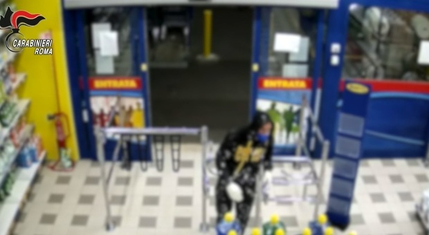 Roma, Tor Bella Monaca, armati di pistola rapinano un supermercato: arrestati due uomini