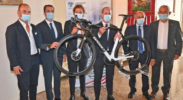 Ciclismo, presentato a Venezia il Campionato italiano. Zaia: «Venite, ma portate le mascherine»