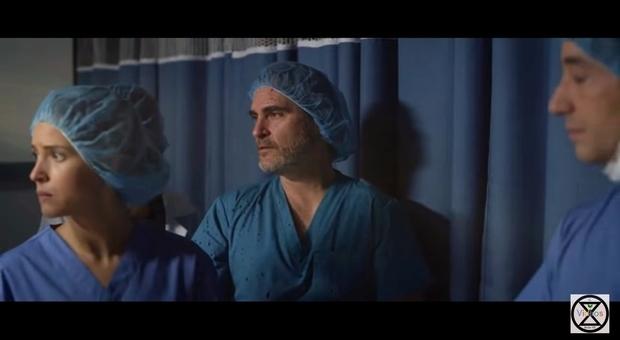 Joaquin Phoenix in Guardiani della Vita, il corto dedicato alla salvezza della vita sulla Terra (immagini pubbl su youtube da El Brote-XR Càdiz)
