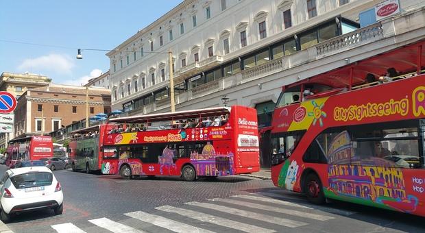 Giro di vite per gli open bus turistici in Centro: meno accessi e itinerari limitati