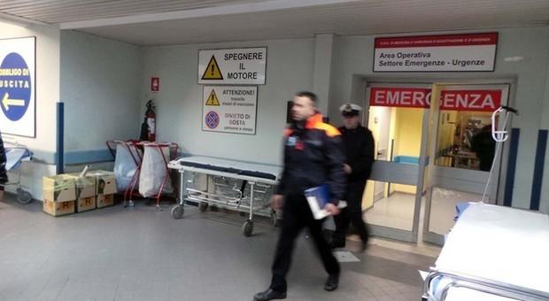 Aggressione al Pronto soccorso, poi i parenti di un paziente entrano in sala operatoria: bloccato l'intervento in corso