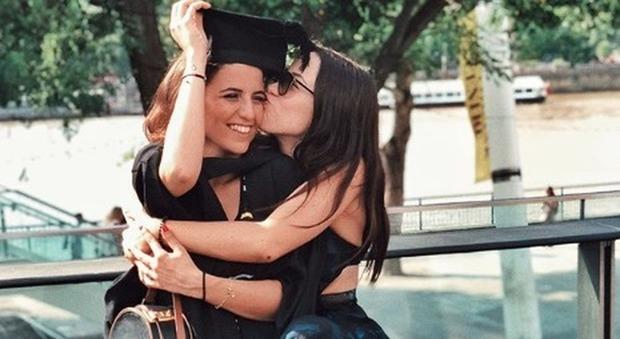 Aurora Ramazzotti e la tenera dedica per la laurea della figlia di Pino Daniele : «La tua felicità è anche la mia»