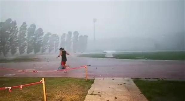Gianmarco Tamberi al campo di atletica durante la tempesta su Ancona