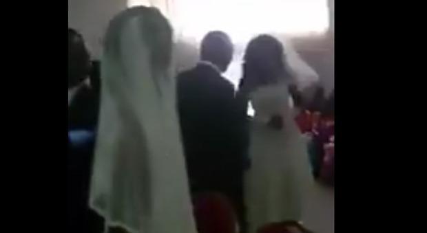 Va al matrimonio dell'amante con il vestito da sposa: e in chiesa scoppa il caos Video