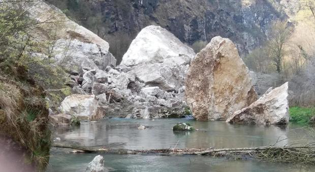 Frana gigantesca nel fiume massi grandi come case di sei for Piani di casa di roccia del fiume
