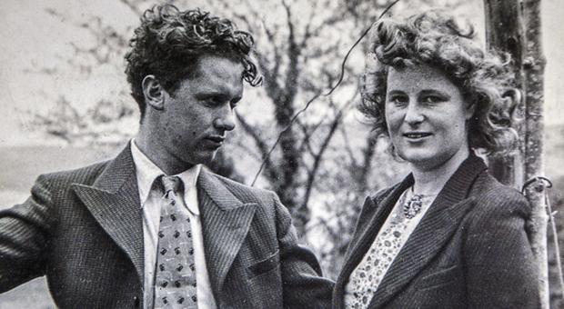 Dylan Thomas con la moglie Caitlin Dylan Thomas, l'eredità contesa: la battaglia riparte dalla casa di Scanno