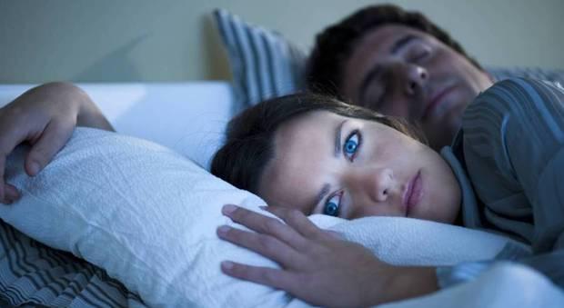 Dormire con un partner che russa o si agita durante il sonno può essere pericoloso: ecco perché