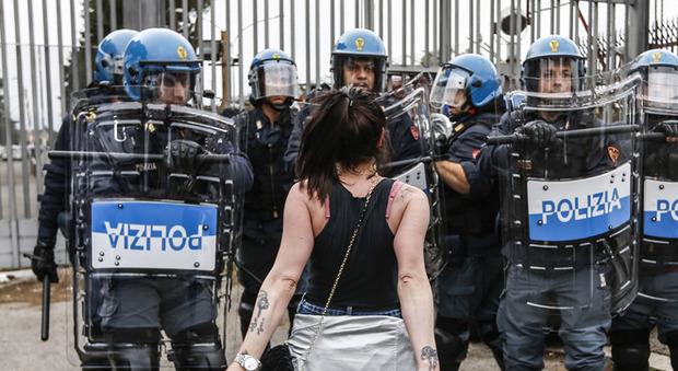 Coronavirus, rivolta in 29 carceri: 6 morti. Foggia, 20 evasi. Scontri a Modena, tre agenti feriti. Roghi a Rebibbia e Regina Coeli