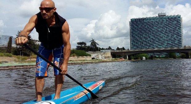 l campione di sup Reda Naziri si allena al laghetto dell'Eur
