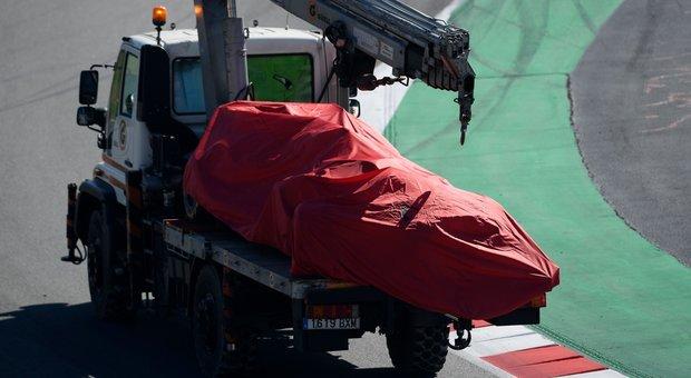 La Ferrari di Vettel portata via dopo l'incidente