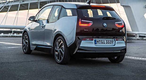 il posteriore della nuova BMW i3 elettrica sulle strade olandesi durate il primo test stradale