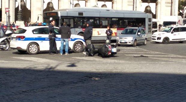 Roma, incidente in piazza della Repubblica: ferito sui sampietrini uomo in scooter