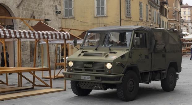 Un mezzo dell'Esercito lungo Corso Vannucci in una foto di repertorio