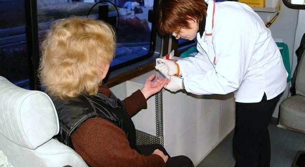 Diabete, l'allarme degli esperti: donne ricevono meno cure si trascurano di più