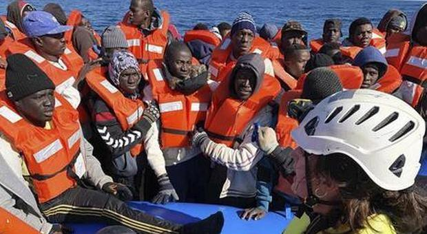 Migranti, riprendono gli arrivi. Coronavirus in Africa, l'Oms: «Preparatevi al peggio»