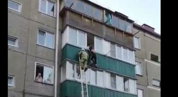 Precipita dal balcone del terzo piano: i vigili del fuoco non riescono a salvarlo