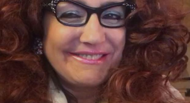 Lucia Fraboni, nei panni dell0estetista Adalgisa Palpacelli, sostiene la raccolta fondi del Corriere Adriatico