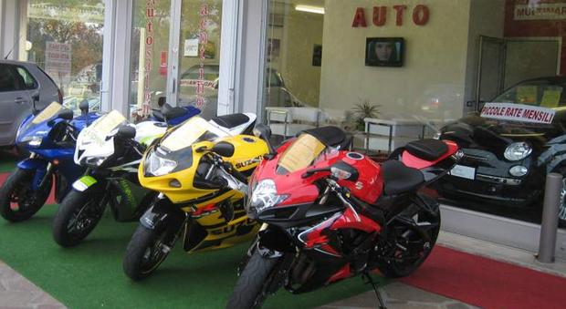 Un concessionario di auto e moto usate