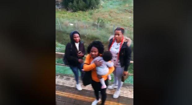 Migranti senza biglietto cacciati dal treno. Salvini: «Gruppo di scrocconi, onore al capotreno»
