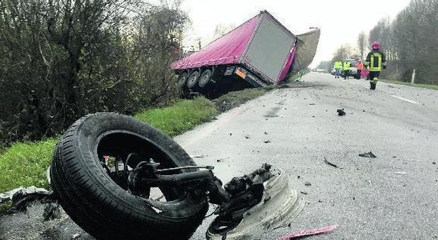 Frontale tra auto e camion: muore a 22 anni Lorenzo Viscardis, nipote del sindaco