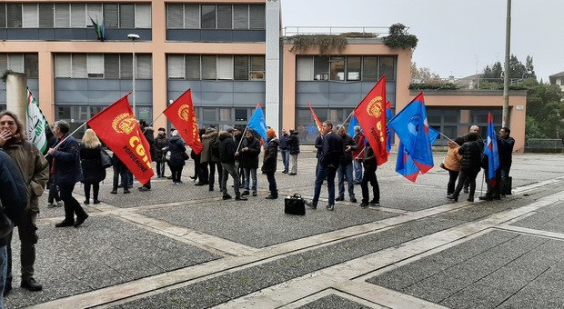 Lavoratori della Lavinox all'esterno di Unindustria Pordenone
