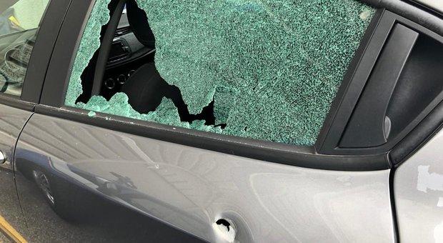 L'auto crivellata di colpi
