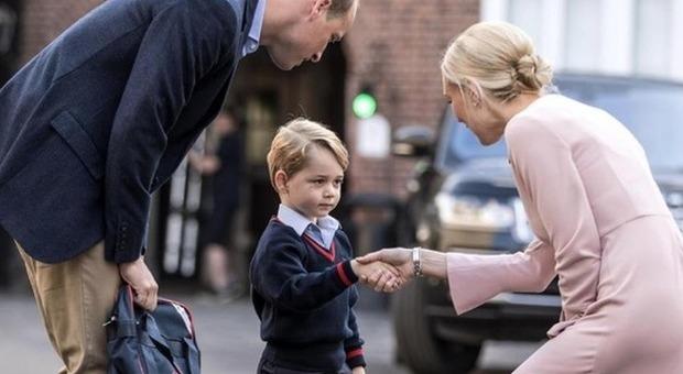 Baby George si presenta a una passante con un nome finto: «Ciao, sono Archie»