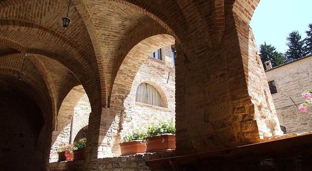 Rifugiarsi nell'abbazia di ValdiCastro in un mare verde tra grilli e stelle