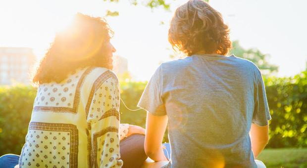 Sesso tra adolescenti, si fa sempre prima e non si usa il preservativo: impennano le infezioni
