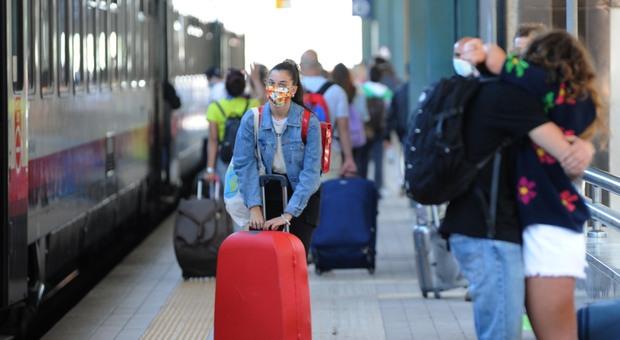 Treni senza distanziamento, ordinanza del Governo: «No a convogli pieni, mascherine obbligatorie»