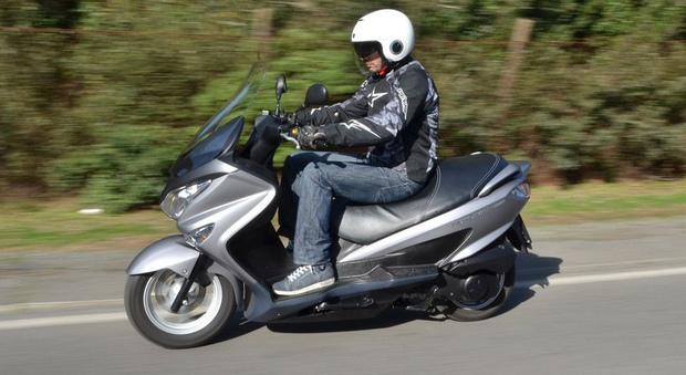 Il motore del Suzuki 200 è un monocilindrico da 200 cc raffreddato a liquido SOCH e alimentato da un sistema di iniezione elettronica transistorizzato che esprime 19CV a 8.000 giri/min e di una coppia massima di 17 Nm a 6.000 giri/min
